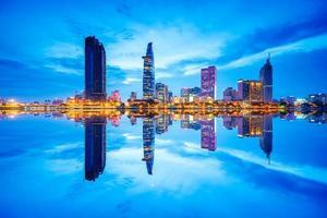 Reflexion der Nachtansicht des Geschäfts- und Verwaltungszentrums von Saigon foto