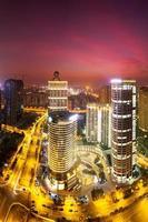 modernes Stadtbild und Verkehr während der Nacht foto