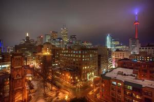 Blick auf die Skyline von Toronto in der Abenddämmerung foto