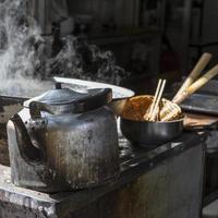 Teekanne und dampfende Kanne auf dem muslimischen Markt, Xian, China foto