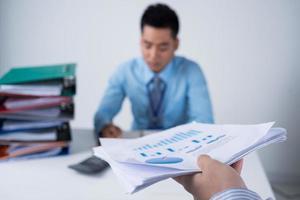 Übergabe des Finanzdokuments foto