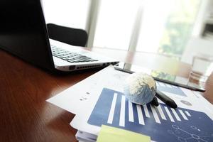 Geschäftsdokumente auf Bürotisch mit Textur der Welt
