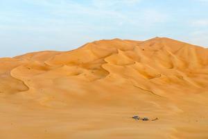 Menschen mit Zelten und Autos in der Wüste Rub al-Khali (o foto