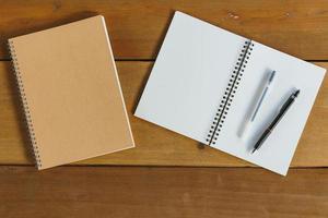 Stift, Bleistift und Notizblock. flacher Laienstil