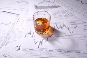 Glas Whisky auf Charts foto