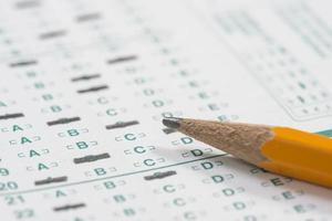 Bleistift auf standardisiertem Testblatt foto
