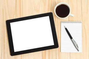 Tablet PC, Tasse Kaffee mit Büromaterial foto