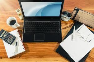 Dokument und es Gerät auf dem Desktop foto
