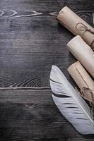 gerollte alte Dokumente Feder auf Holzbrett Draufsicht