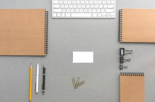 grauer Holzschreibtisch mit Geschäftsgegenständen in ruhigen klassischen Farben