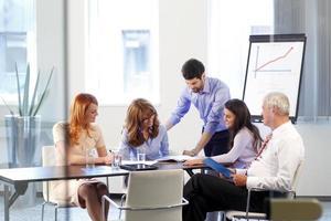 Geschäftsleute diskutieren bei einem Treffen
