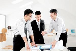 Geschäftsleute im Büro zu diskutieren foto
