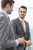 Geschäftsleute, die eine Diskussion auf der Terrasse haben foto