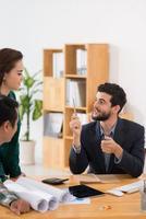 Geschäftsführer im Gespräch mit Kollegen foto