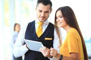 Geschäftsmann und Frau diskutieren Arbeit foto