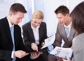 Geschäftsleute diskutieren im Büro foto