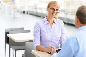 angenehme Geschäftsfrau im Gespräch mit dem Kollegen