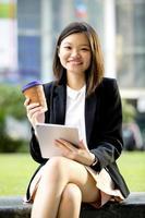 junge weibliche asiatische Geschäftsführerin mit Tablette foto
