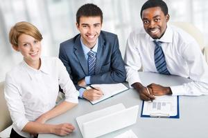 Geschäftsleute arbeiten zusammen. foto
