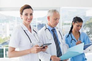 Ärzte arbeiten gemeinsam an Patientenakten foto