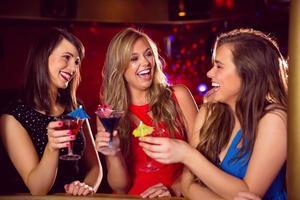 hübsche Freunde, die zusammen Cocktails trinken