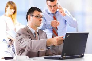 Geschäftsleute, die im Büro zusammenarbeiten foto