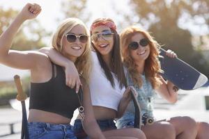 beste Freunde verbringen die Sommerzeit zusammen foto