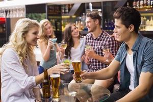 junge Freunde, die zusammen etwas trinken