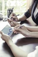 Frauen, die zusammen in einem Büro arbeiten foto