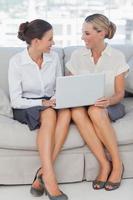 fröhliche Geschäftsfrauen, die zusammenarbeiten foto