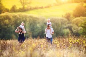 Familie genießt das gemeinsame Leben draußen foto
