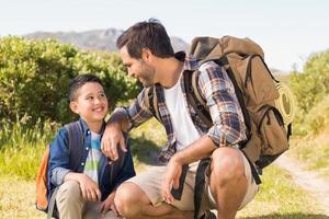 Vater und Sohn auf einer gemeinsamen Wanderung foto