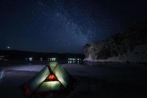 Milchstraße über dem Zelt in der Nacht. foto