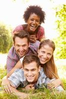 vier Freunde, die zusammen Spaß auf dem Land haben