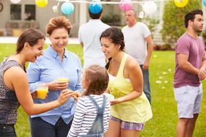 Familie mit mehreren Generationen, die gemeinsam im Garten feiern