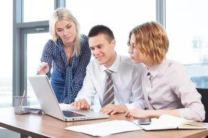 Geschäftsleute, die am Besprechungstisch im Büro zusammenarbeiten