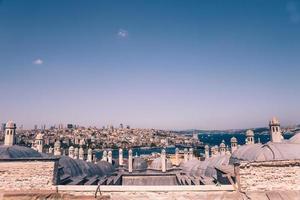 hoher Blick auf das Bosporusmeer und die Stadt Istanbul