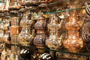 östliche Gerichte für Tee auf dem großen Basar verkauft foto