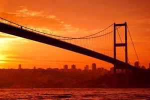 Bosporusbrücke in Istanbul bei Sonnenuntergang foto