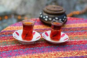 schwarzer türkischer Tee in traditionellen Gläsern
