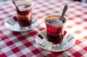 türkischer Tee in traditionellen Teetassen foto