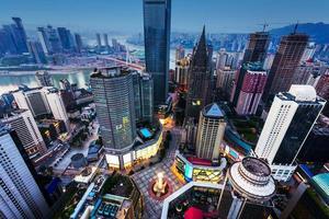 Hochwinkelansicht von Wolkenkratzern in Chongqing bei Sonnenuntergang