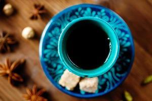 Trinken Sie mit Gewürzen in authentischen türkischen Gläsern foto