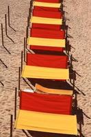 Portugal, Algarve, goldener Sandstrand und Sonnenschirme