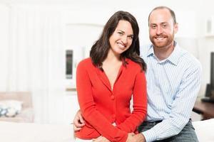 Paar, das Spaß zusammen im Wohnzimmer hat foto