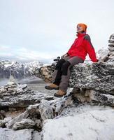 Wanderer ruht auf der Wanderung in Himalaya, Nepal foto