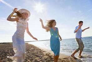 Leute tanzen zusammen am Strand foto