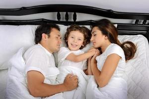 Familie im Schlafzimmer foto
