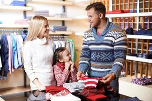 Familie im Einkaufszentrum foto