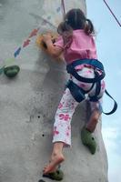 Kind klettert eine Wand foto